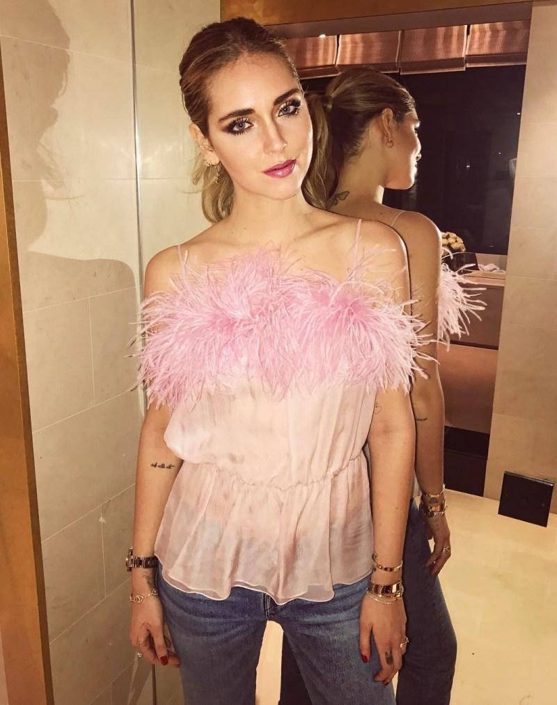 Cô nàng phong cách Chiara Ferragni không thể bỏ lỡ xu hướng đình đám này, thu hút sự chú ý với hình ảnh đẹp mê mẩn khi chưng diện những bộ cánh đính lông vũ mang màu sắc kẹo ngọt