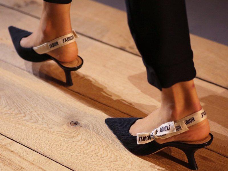 """Christian Dior làm """"bừng sáng"""" mùa mốt Xuân Hè 2017 với mẫu giày gót thấp đen thanh lịch, quai sau in dòng chữ """"J'adior"""" tượng trưng cho người phụ nữ Dior thời kì mới độc lập, mạnh mẽ và quyến rũ"""