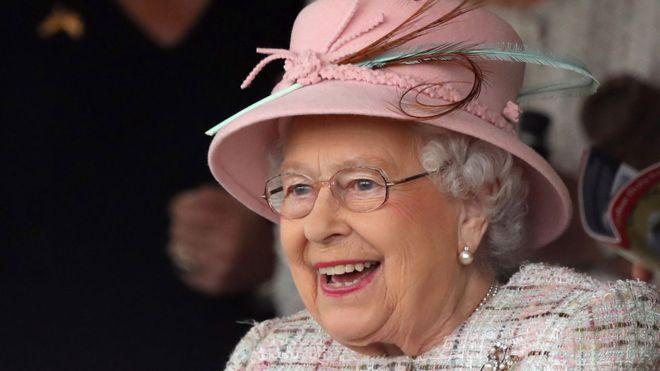 Nước Anh bắn đại pháo mừng Nữ hoàng Elizabeth bước sang tuổi 91
