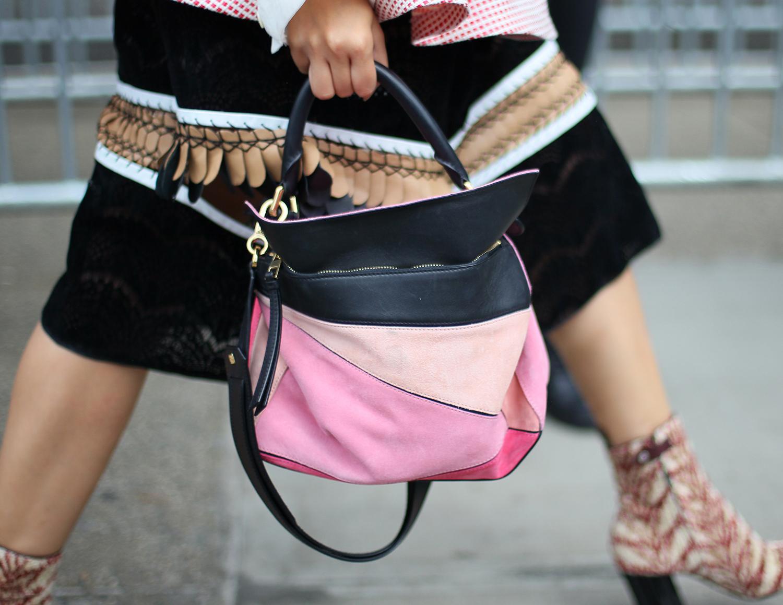 """Mẫu túi Puzzle do Anderson sáng tạo cho Loewe cũng trở thành một trong những thiết kế túi """"hot"""" nhất trong những năm gần đây."""