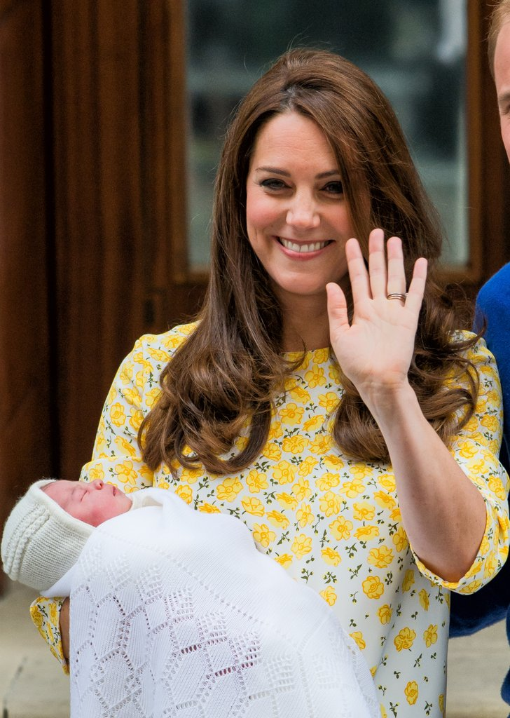 hình ảnh công chúa chào đời khỏe mạnh nằm cuộn tròn trong vòng tay cha mẹ đã khiến nhiều người xúc động. Đó cũng là ước mơ cuối của công nương Diana - mẹ của Hoàng tử William.