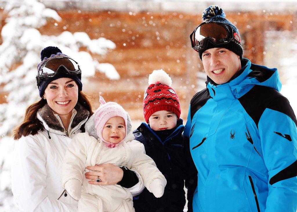 Cô gái thường dân năm nào giờ hạnh phúc cạnh Hoàng tử William và hai con. Bức ảnh được chụp trong chuyến du lịch đầu tiên của gia đình công nương xứ Wales. Lúc này, Hoàng tử bé George 2 tuổi còn tiểu Công chúa Charlotte 10 tháng tuổi.