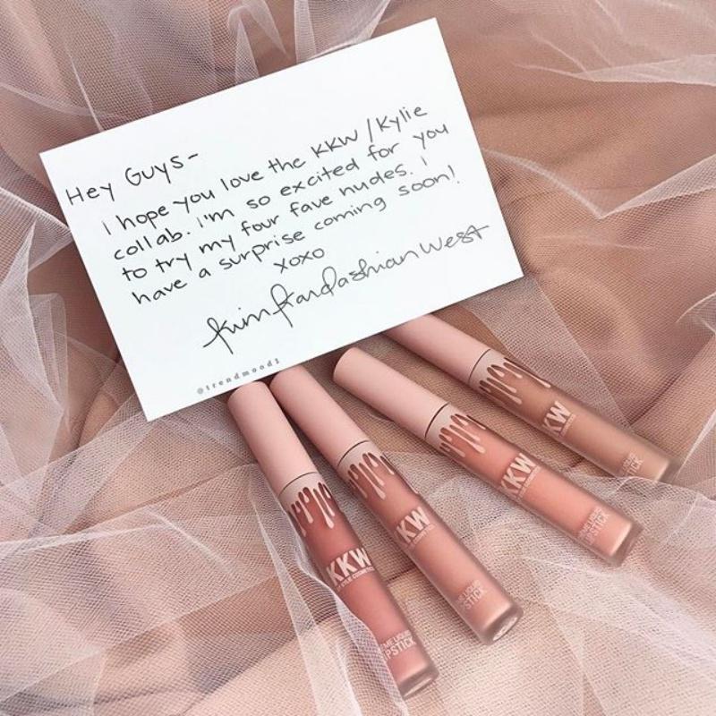 Một hình ảnh về bộ sưu tập son mới được hé lộ trên internert với chữ ký và lời đề tặng của chính Kim Kardashian
