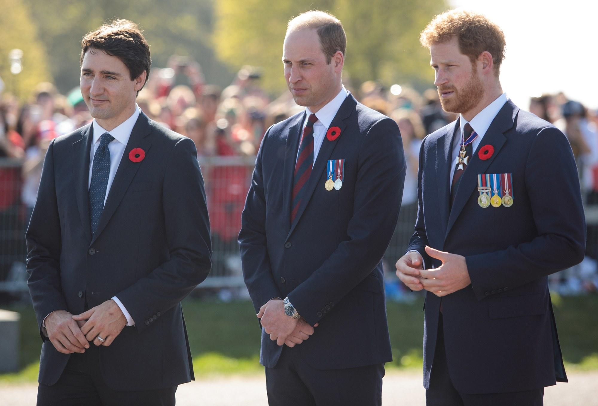 Ý nghĩa đằng sau chiếc ghim cài áo của Hoàng gia Anh