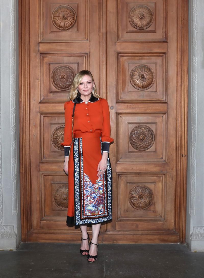 """Nữ diễn viên Kirsten Dunst chọn mặc một thiết kế trong BST Xuân Hè 2017 của Gucci. Cô đã đến Florence, Ý sau khi hoàn thành hoạt động quảng bá phim """"The Beguiled"""" tại LHP Cannes vừa qua."""