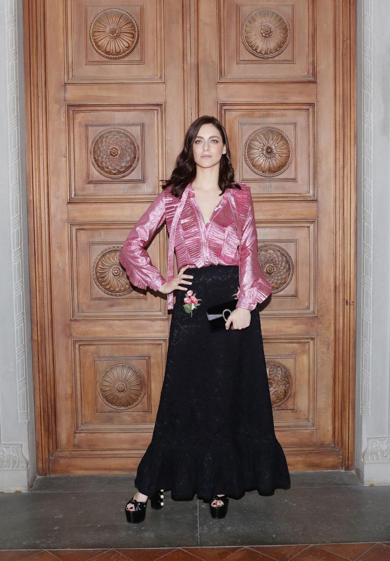 Miriam Leone - Hoa hậu Ý 2008 - phối áo lụa màu hồng trong BST Xuân Hè 2017 cùng chân váy nhung trong BST Chớm Thu 2017 và phụ kiện là ví cầm tay Dionysus.