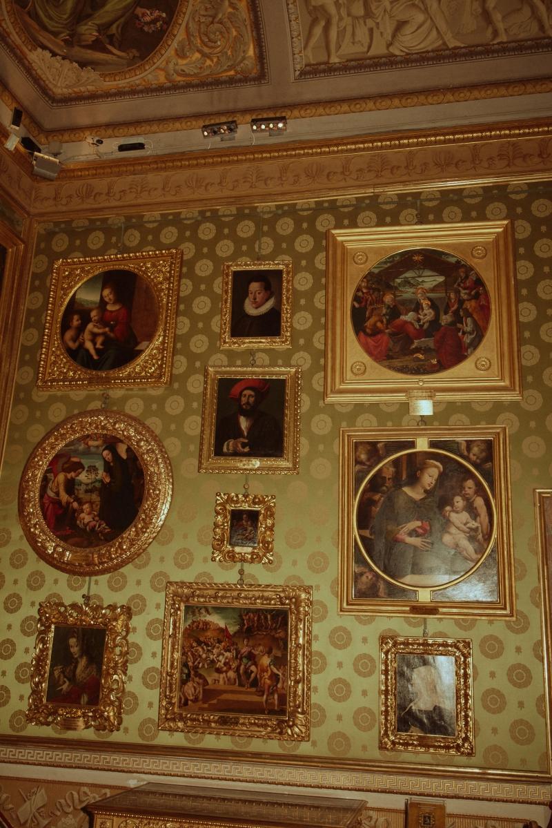 Không gian bên trong Bảo tàng Palatina thuộc Cung điện Pitti ở Florence, Ý.