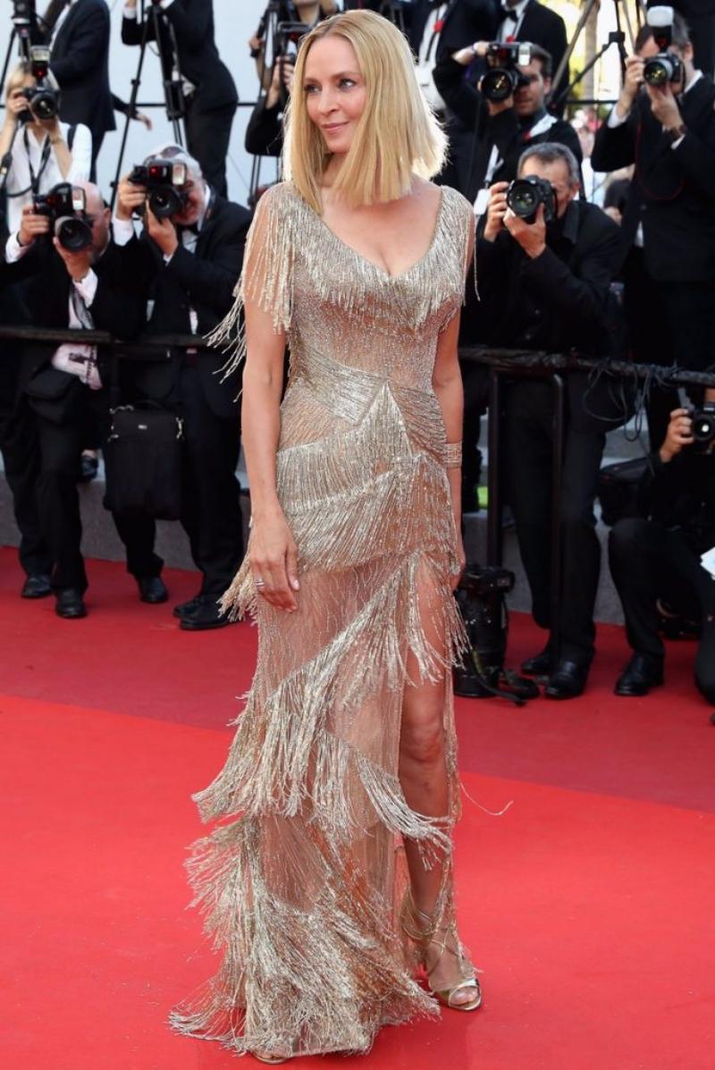 Chiếc đầm của Uma Thurman được làm từ những tinh thể đá Swarvoski lấp lánh được kết lại vô cùng tinh xảo và tỉ mỉ.
