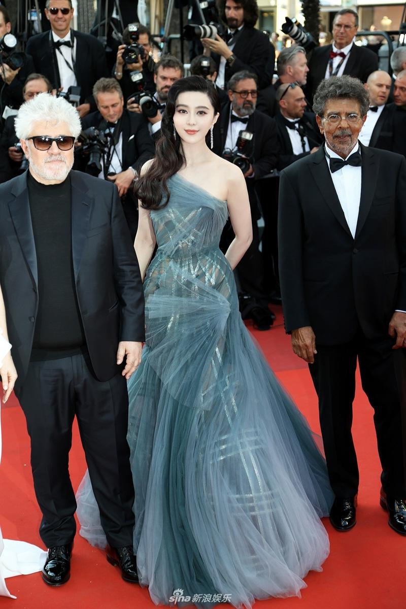 Nữ diễn viên 36 tuổi thực sự đã tỏa sáng với thiết kế tinh tế của Atelier Versace.