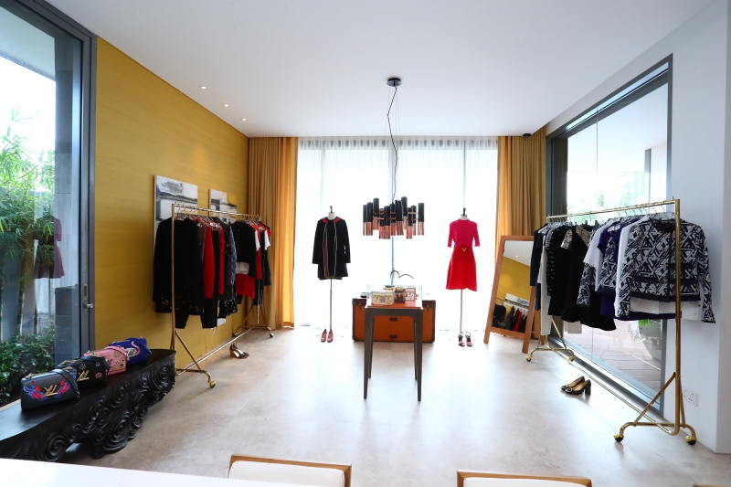 Không gian trưng bày các thiết kế trang phục và phụ kiện dành cho nữ tại Louis Vuitton Saigon House