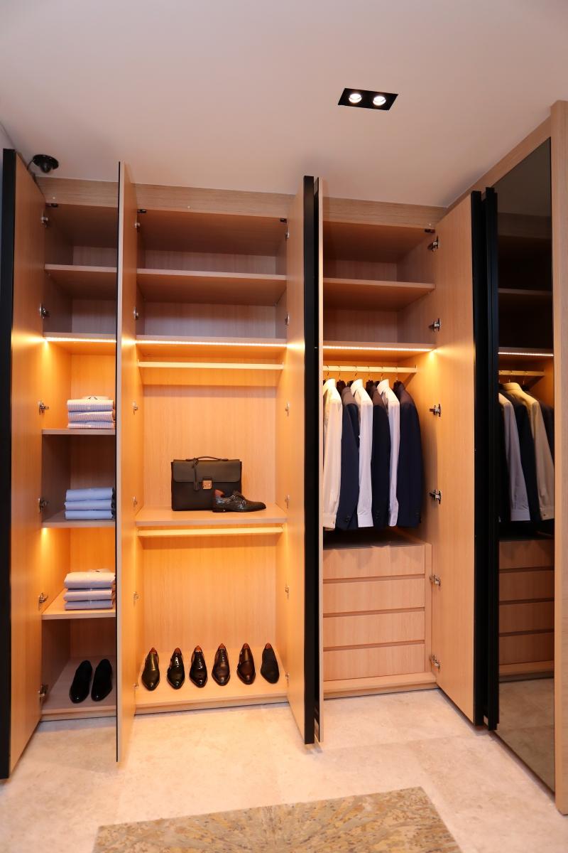 Không gian tủ đồ dành cho quý ông của Louis Vuitton tại căn villa ở Holm Residences
