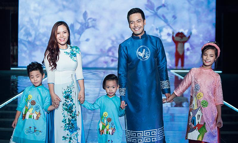 Gia đình Phan Anh mặc áo dài diễn thời trang