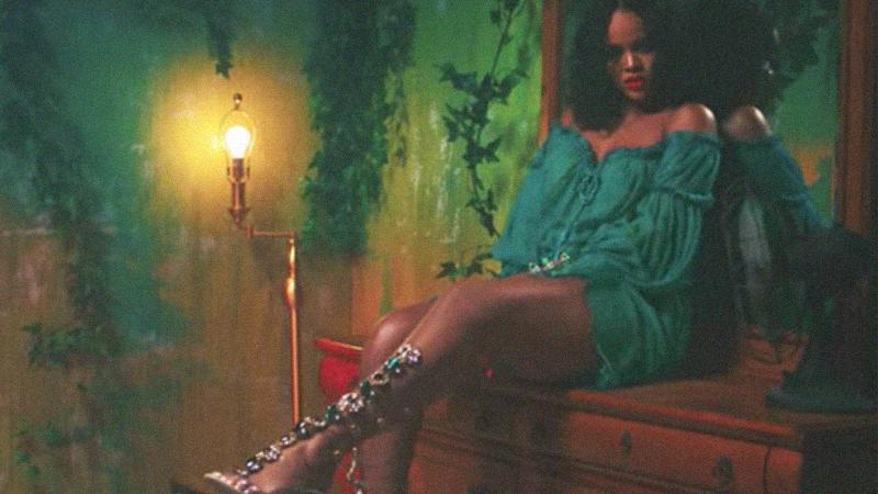 """Rihanna tiếp tục """"đốn tim"""" tín đồ thời trang với BST giày mới của mình"""