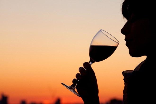 woman_drinking_wine