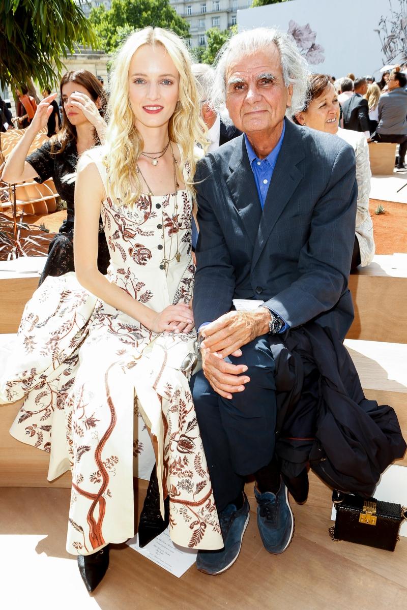 Người mẫu Daria Strokous (trái) và nhiếp ảnh gia lừng lẫy Patrick Demarchelier