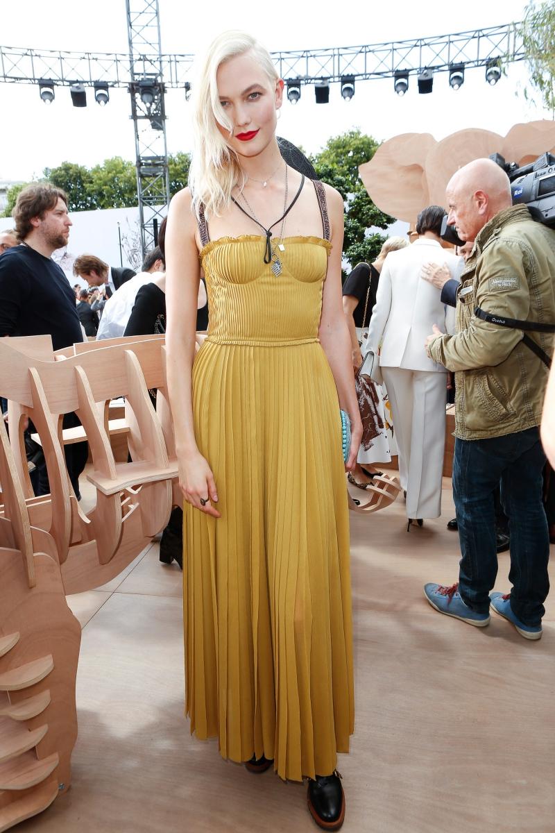 Karlie Kloss với mái tóc bạch kim nổi bật trong thiết kế đầm màu vàng mù tạt