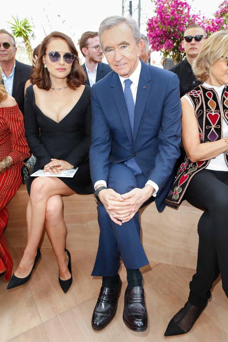 Gương mặt quảng cáo của nước hoa Miss Dior Natalie Portman ngồi cạnh ông Bernard Arnault - chủ tịch tập đoàn LVMH sở hữu thương hiệu Dior