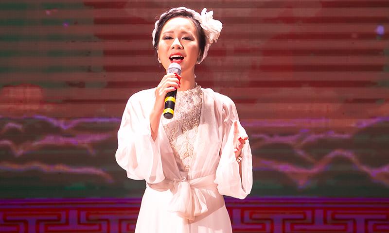 Ca sĩ Hồng Duyên - giải Nhì cuộc thi Sao Mai 2015.