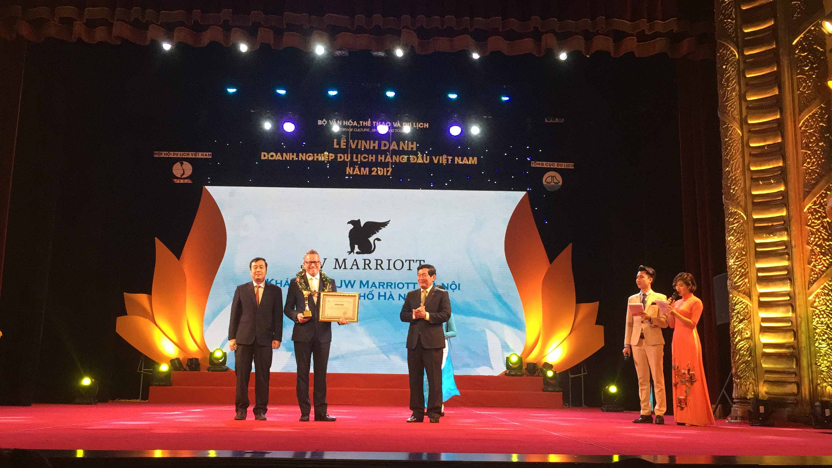 paul-dunn-u-director-of-sales-and-marketing-honored-to-receive-the-1st-rank-in-top-ten-5-star-hotels-in-vietnam-award