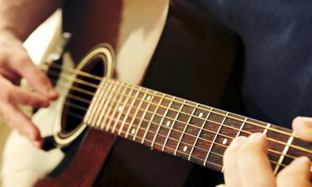 Quan Công tái thế: Tỉnh táo chơi guitar trong lúc phẫu thuật não