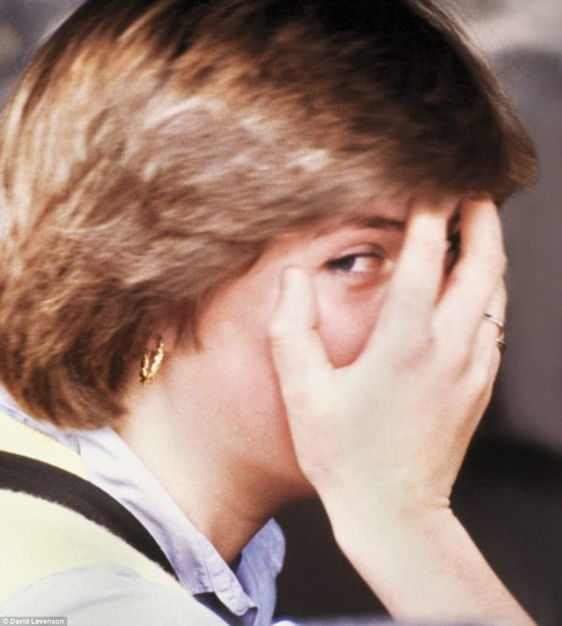 Một Diana vui tươi rời trường mẫu giáo nơi cô ấy làm việc, chỉ vài ngày sau khi mối quan hệ của cô với Charles đã được tiết lộ