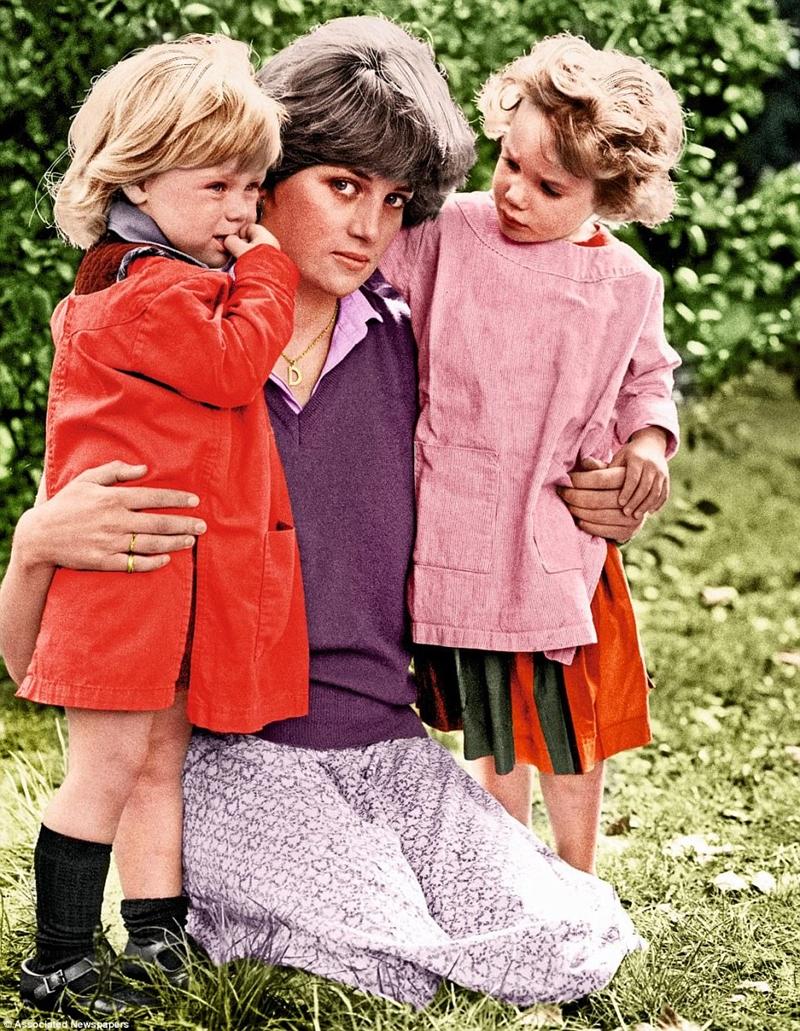 Tại trường Mẫu giáo Young England ở Pimlico. Đây là vườn ươm nơi mà Lady Diana đang làm việc ba ngày một tuần làm trợ lý giảng dạy khi mối tình lãng mạn với Charles bắt đầu. Hình ảnh này với hai chi phí của cô đã được chụp vào tháng 9 năm 1980 ngay sau khi tin đồn lãng mạn đã tan vỡ. Diana đang mặc chiếc váy thoáng đãng nổi tiếng để lộ đôi chân dài của cô