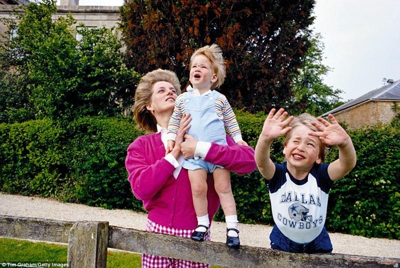 William, bốn, và Harry, gần hai, vẫy cha của họ khi ông rời khỏi Highgrove bằng trực thăng vào mùa hè năm 1986