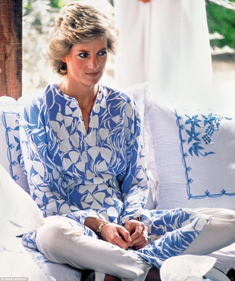 Demure Diana trong bộ trang phục của Catherine Walker tại một bữa ăn ngoài trời trong sa mạc trong chuyến lưu diễn Ả-rập Xê-út cùng với Charles. Đó là năm 1986 và, mặc dù thế giới vẫn chưa biết, cuộc hôn nhân của họ đang gặp rắc rối lớn