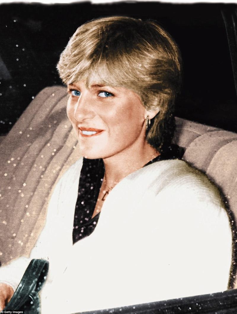 Bị đuổi khỏi cô gái độc thân của mình bằng Clarence House. Ngày hôm sau cung điện tuyên bố cô đã đính hôn để lấy hoàng tử xứ Wales Đọc thêm: http://www.dailymail.co.uk/femail/article-4733082/Diana-s-glorious-unseen-photo-album.html#ixzz4oEiFxEQ8 Theo chúng tôi: @MailOnline trên Twitter | DailyMail trên Facebook
