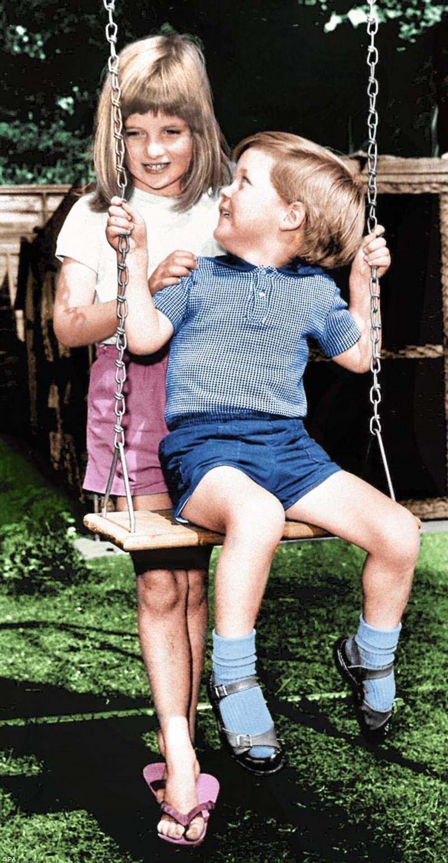 Diana luôn bảo vệ em trai Charles. Ở đây, sáu tuổi, cô đẩy Charles, ba, trên vườn xoay Đọc thêm: http://www.dailymail.co.uk/femail/article-4733082/Diana-s-glorious-unseen-photo-album.html#ixzz4oEd6d7pY Theo chúng tôi: @MailOnline trên Twitter | DailyMail trên Facebook
