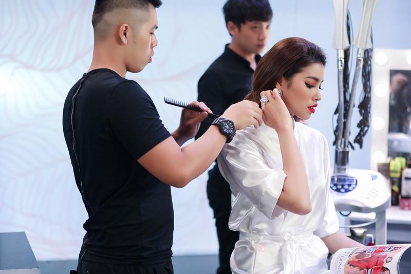 Theo chia sẻ của BTC, Phạm Hương có mặt từ trưa để chuẩn bị trang điểm cho buổi ghi hình vào lúc 8 giờ tối