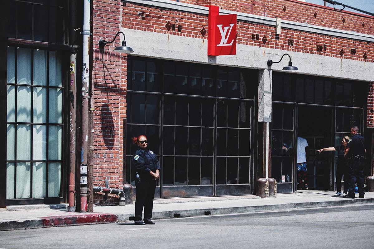 Cửa hàng Louis Vuitton x Supreme tại Los Angeles được giám sát an ninh chặt chẽ trước ngày mở cửa.