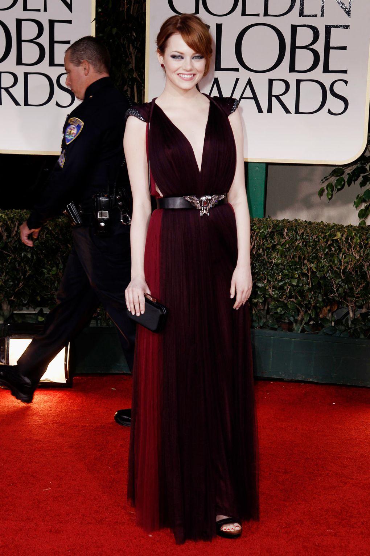 Chiếc váy đỏ bordeaux sang trọng từ Lanvin là vũ khí lợi hại của Emma Stone tại lễ trao giải Quả Cầu Vàng 2011.