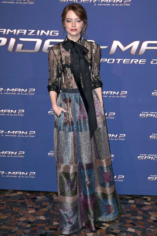 Với phần 2 của Siêu Nhện, Emma Stone tiếp tục thể hiện đẳng cấp của mình khi cô chọn cho mình những trang phục haute couture đắt tiền từ những nhà mốt hàng đầu thế giới, như với thiết kế Valentino đậm tính tuyên ngôn này.