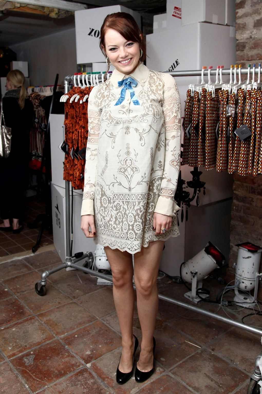 Với hai bộ phim lớn có sự góp mặt của mình: Zombieland và Ghosts Of Girlfriends Past, Emma Stone bắt đầu trở thành cái tên được nhiều nhà thiết kế thời trang để mắt đến.
