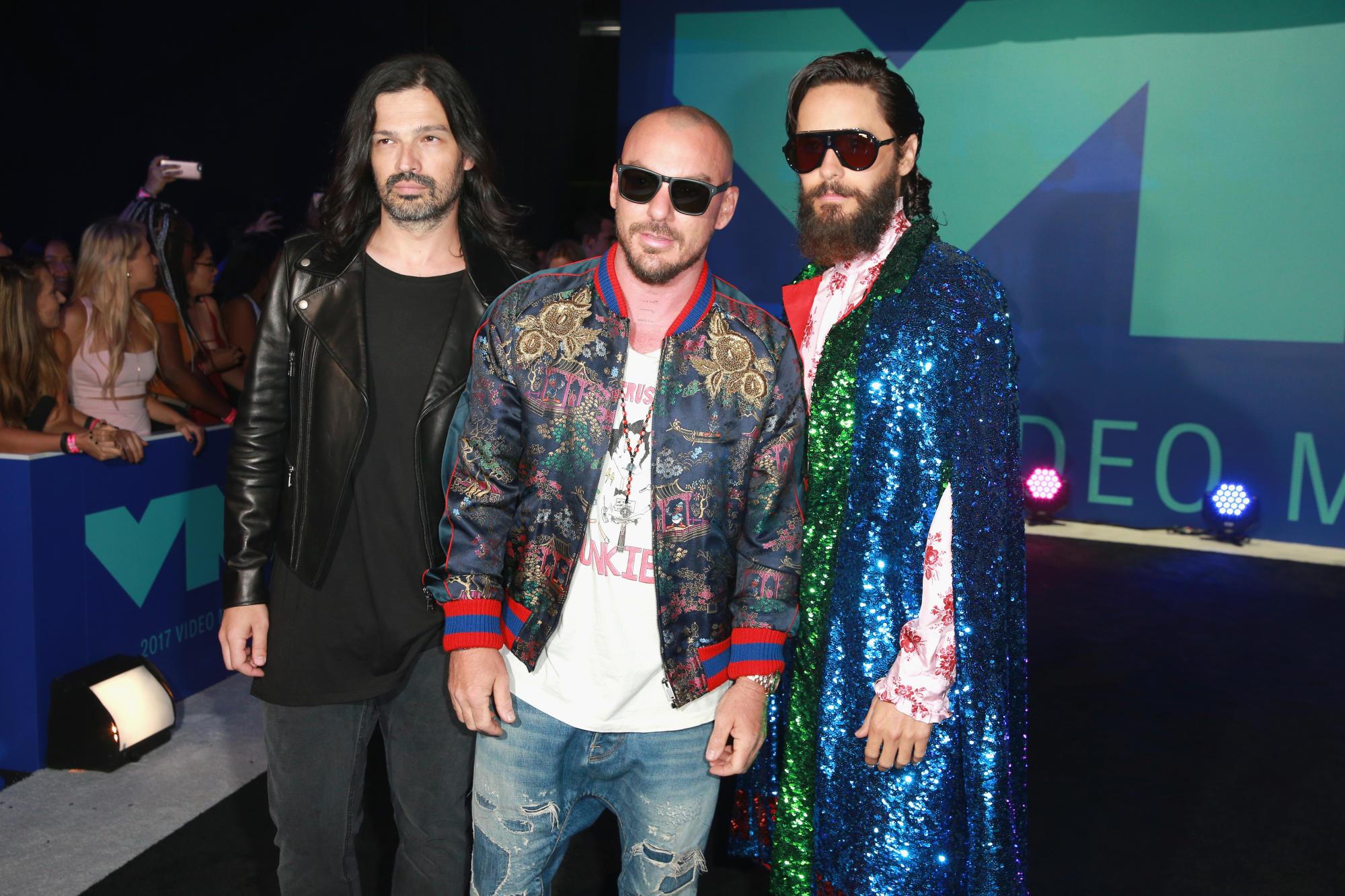 """Jared Leto (ngoài cùng bên phải) tiếp tục lựa chọn thiết kế của Gucci khi tham dự VMA 2017 cùng những """"người bạn đồng môn"""" trong nhóm nhạc 30 Seconds to Mars."""