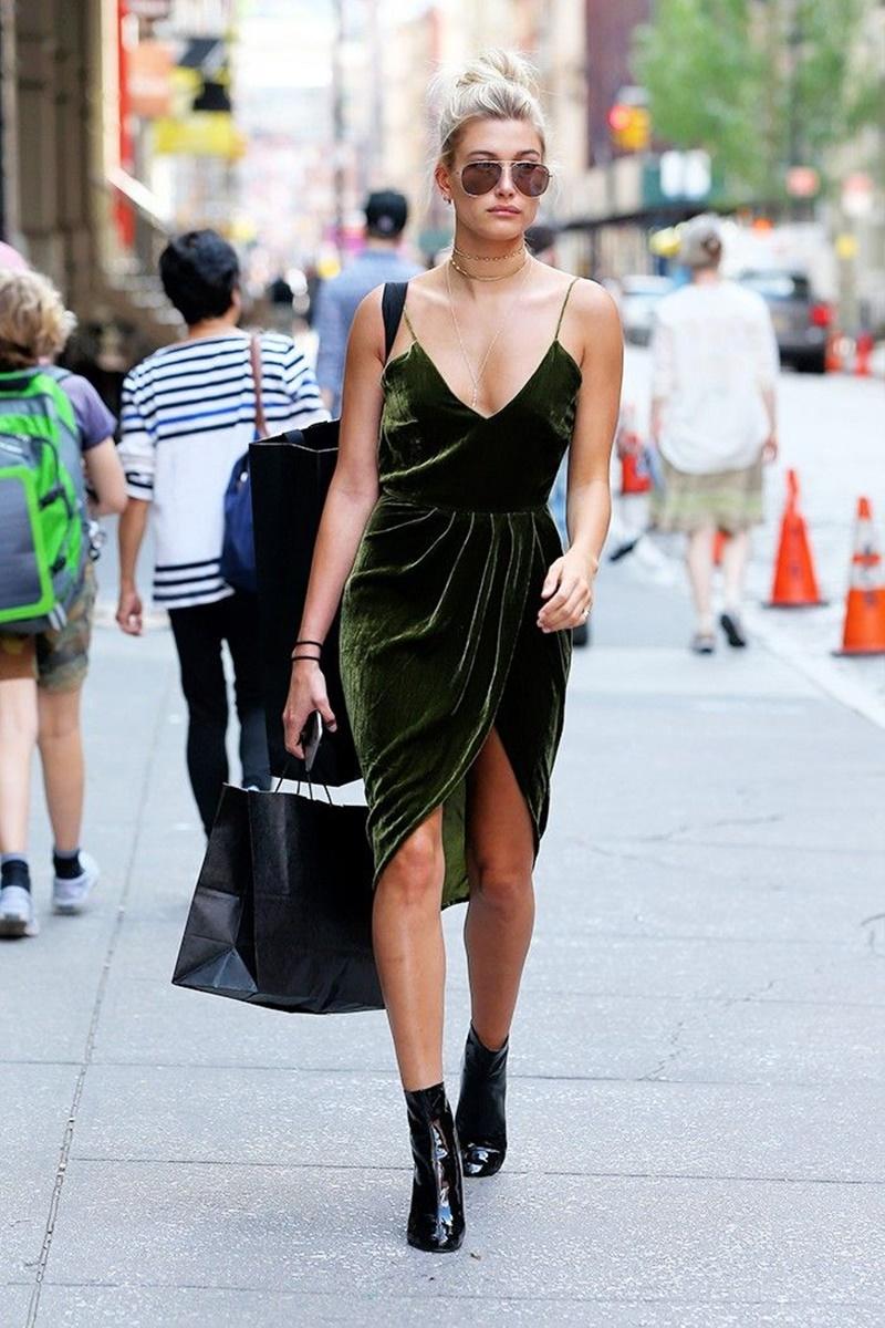 Cô nàng Hailey Baldwin xuống phố trong mẫu đầm nhung xẻ vạt vô cùng gợi cảm. Cô khéo léo kết hợp cùng phụ kiện vòng cổ đa dạng và đôi boots cổ thấp da bóng hiện đại.