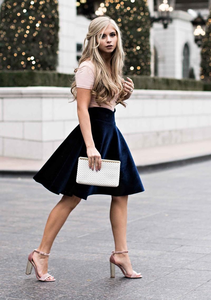 Chân váy nhung xòe mang đến vẻ nữ tính cổ điển cho các cô nàng.