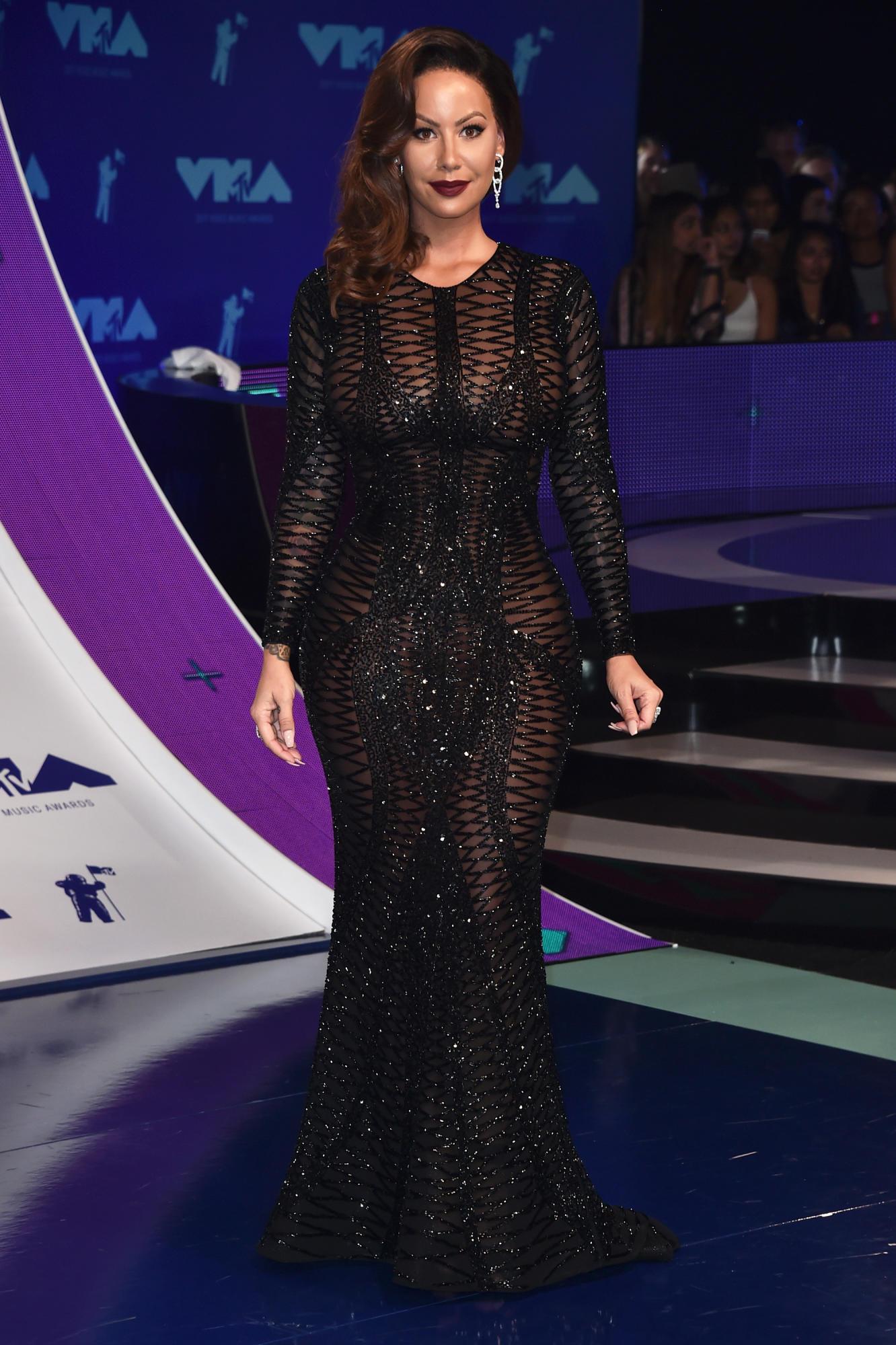 Amber Rose, cô nàng đầu trọc năm nào, xuất hiện với một mái tóc dài thả một bên. Cô mặc thiết kế đầm của Yousef Aljasmi, thương hiệu quen thuộc của Jennifer Lopez, Taylor Swift, Lady Gaga, Nicole Kidman,...