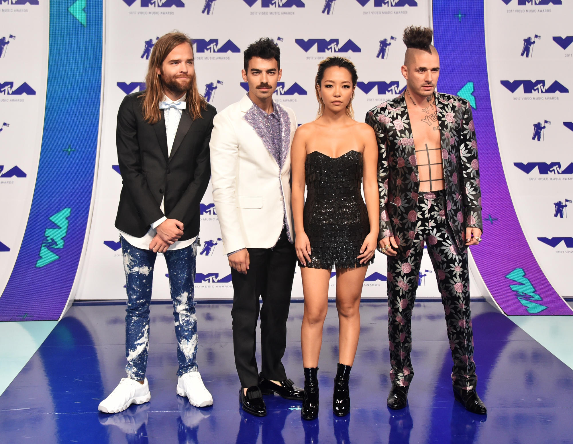 Nhóm nhạc DNCE với phong cách thời trang đặc sắc. Mỗi người một phong cách nhưng có sự liên kết giữa những bộ trang phục.
