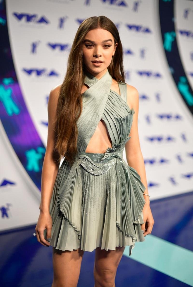 Nữ ca sĩ kiêm diễn viên Hailee Steinfeld trẻ trung và đầy sức sống trong thiết kế đầm đặc sắc của Versace.