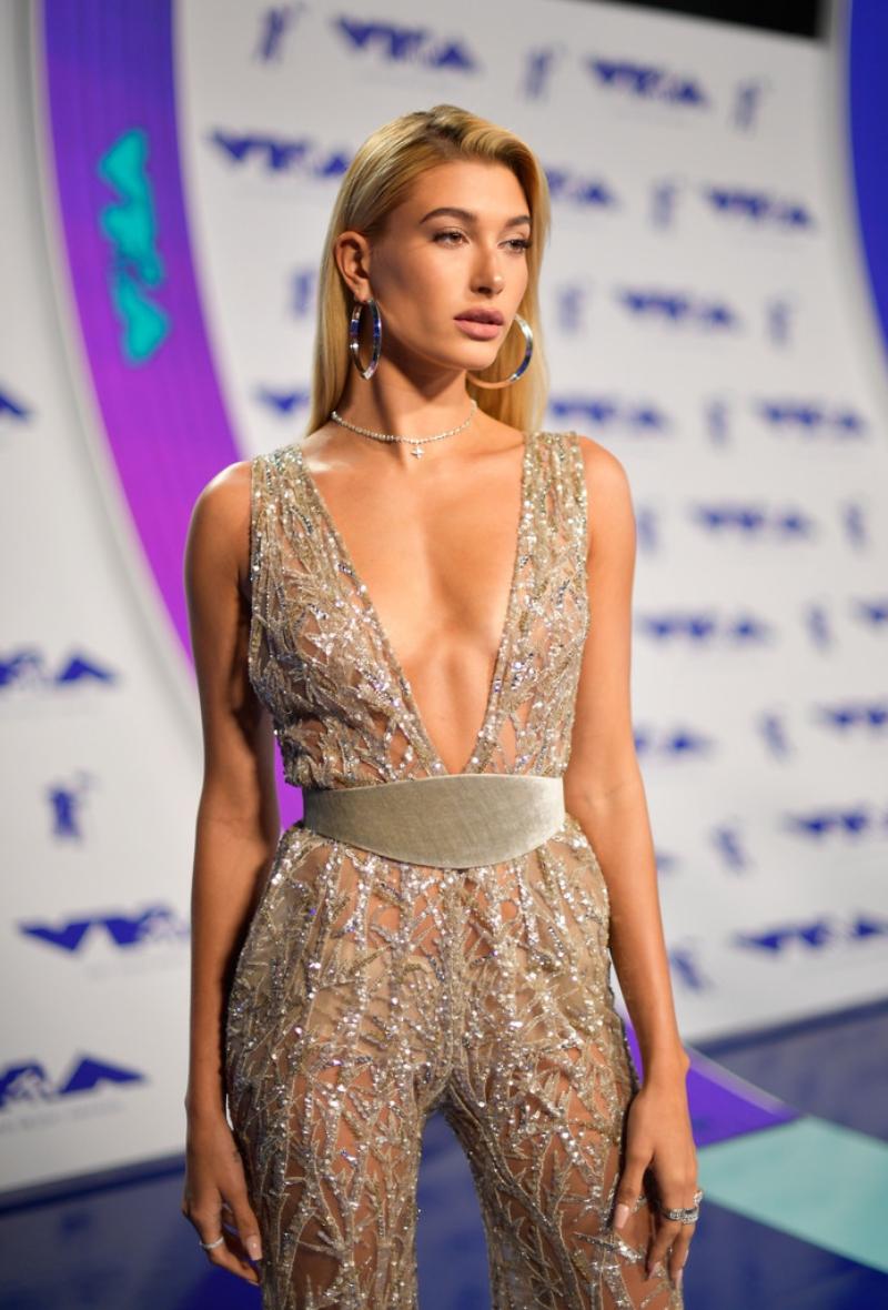 """Cô nàng đình đám Hailey Baldwin tự tin khoe """"ngực gầy"""" trong thiết kế jumpsuit cổ xẻ sâu của Zuhair Murad."""