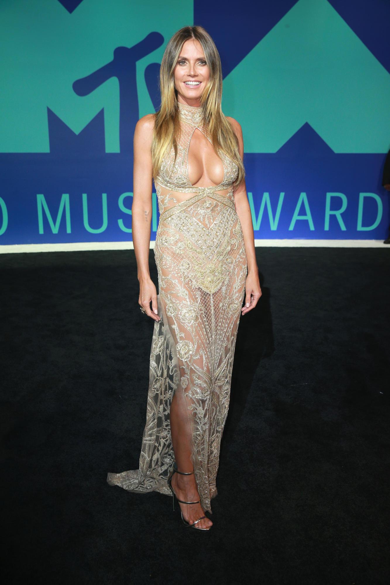 Bà mẹ 4 con Heidi Klum vẫn rạng ngời vẻ gợi cảm ở tuổi 44 trong thiết kế của Peter Dundas (cựu Giám đốc Sáng tạo của Emilio Pucci và Roberto Cavalli)