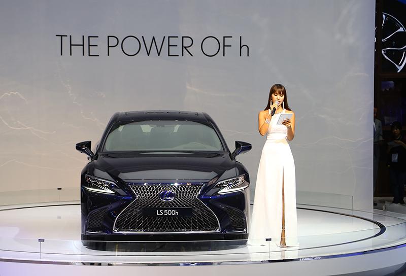 Siêu mẫu Hà Anh đọ dáng cùng Lexus LS 500h