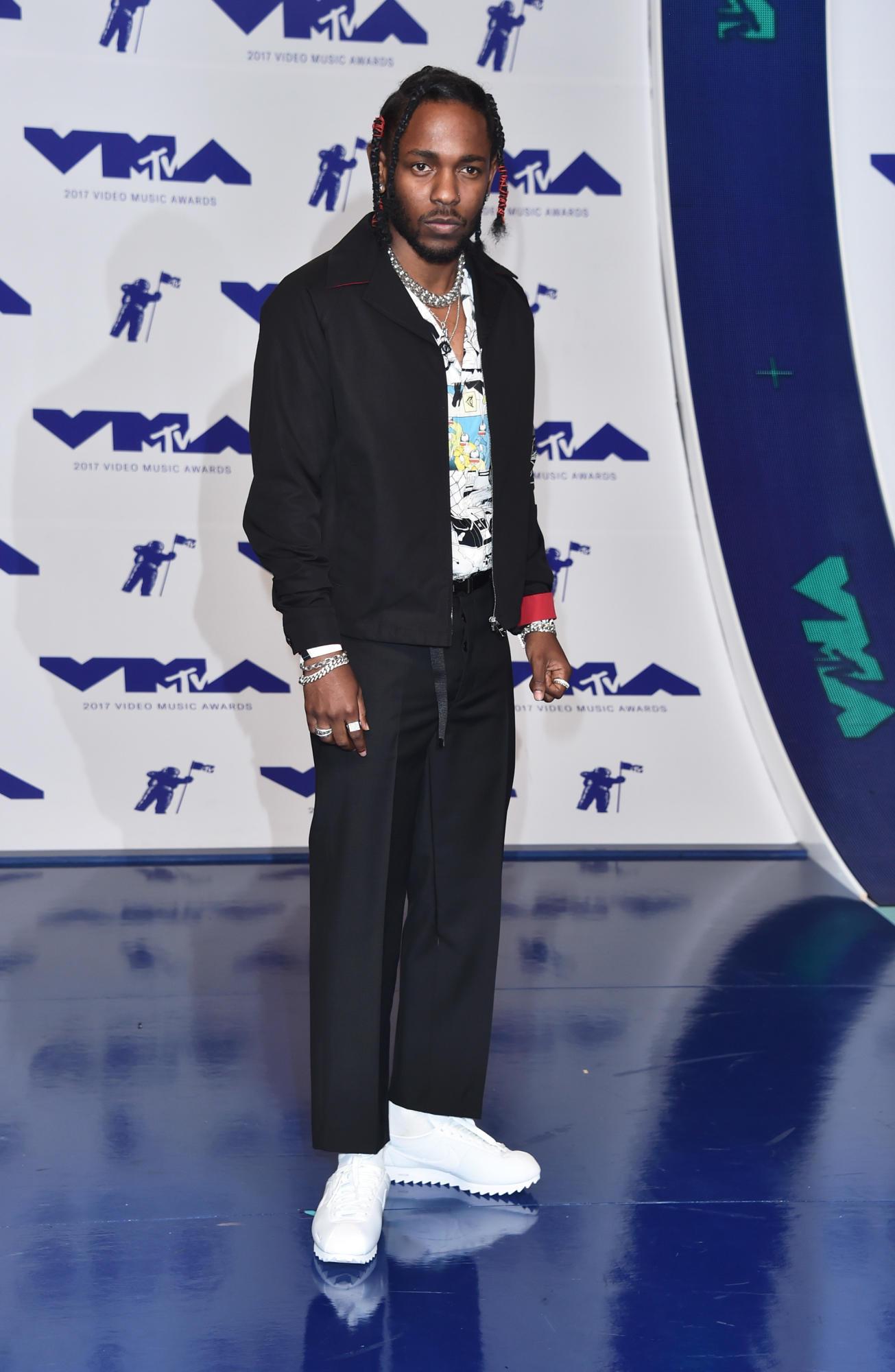 Kendrick Lamar, rapper dẫn đầu VMA 2017 với 8 đề cử, mặc trang phục của Prada.