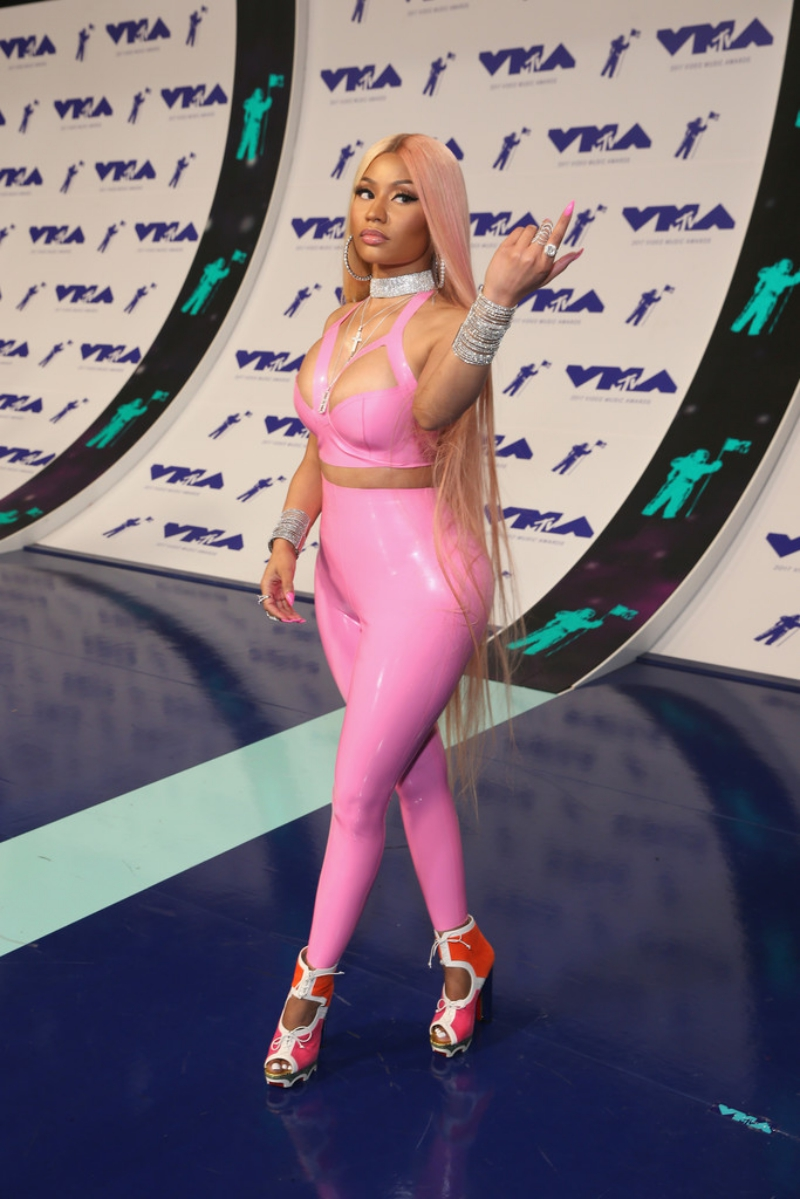 Nữ rapper Nicki Minaj tiếp tục trở thành tâm điểm của mọi sự chú ý với bộ trang phục bó sát sàn sạt màu hồng kẹo được tô điểm bằng những món trang sức nạm kim cương đắt tiền.