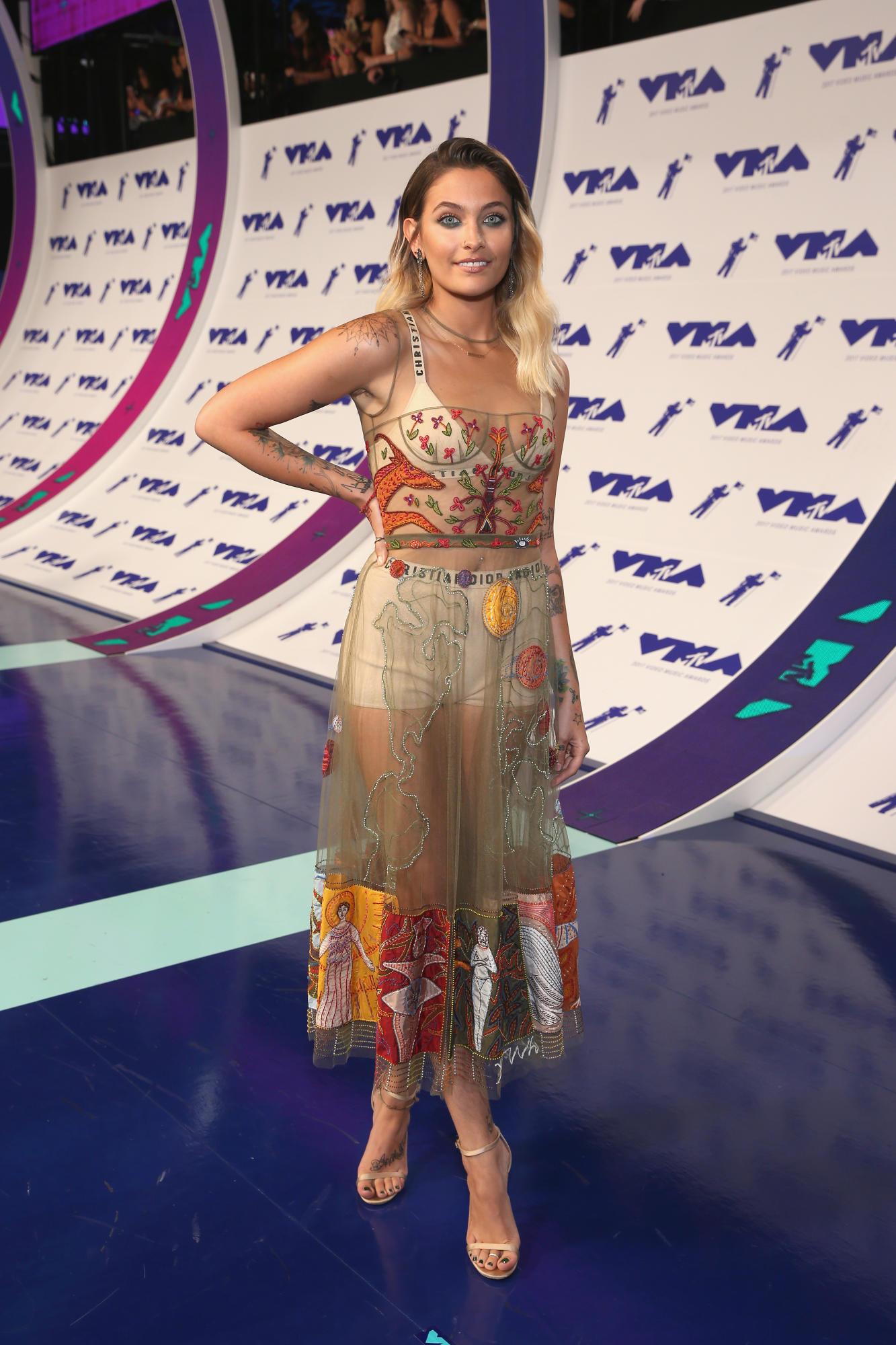 """Paris Jackson - con gái của """"ông hoàng nhạc Pop"""" Michael Jackson - xuất hiện tại VMA 2017 trong thiết kế của Dior."""