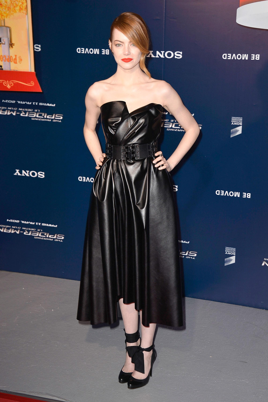 Với chuỗi sự kiện ra mắt Siêu Nhện, phong cách của Emma Stone cũng thể hiện sự tiến bộ thấy rõ. Cô không ngần ngại thử nghiệm những phom dáng và chất liệu mới mẻ, như với chiếc váy da bất đối xứng của Lanvin này.