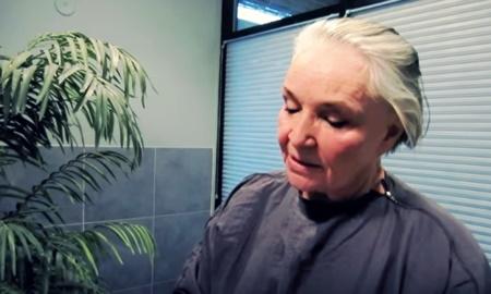 Trang điểm suốt 50 năm, cụ bà này chỉ chịu công khai mặt mộc của mình ở tuổi 73