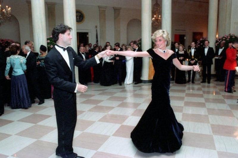 Trong chuyến thăm Mỹ đầu tiên của vợ chồng Thái tử Anh năm 1985, tại Nhà Trắng, Diana khiêu vũ cùng John Travolta, còn Charles trò chuyện với đệ nhất phu nhân Nancy Reagan. Tối muộn hôm đó, Công nương tiếp tục nhảy điệu waltz với Neil Diamond và Clint Eastwood. Lúc này đã có tin đồn xôn xao về việc vợ chồng Thái tử Charles lục đục